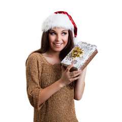 attraktive junge Frau mit Weihnachtsmütze und Geschenk