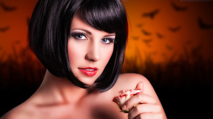 attraktive junge Frau vor Hintergrund mit Fledermäusen
