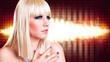 attraktive blonde junge Frau vor Lichterhintergrund