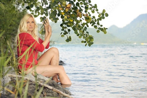 canvas print picture Frau am See
