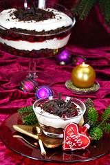 Weihnachtlich gedeckter Tisch mit Kirsch-Trifle