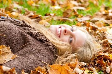 Glücklich im Herbstlaub