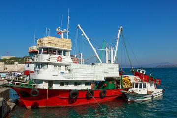 Vissersboten aan de kade van Kusadasi