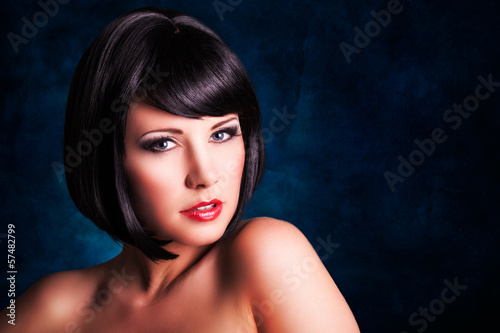 attraktive schwarzhaarige junge Frau