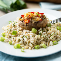 Mit Tofu und Paprika gefüllter Pilz auf Weizen und Gerste