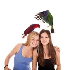 Zwei Mädchen mit Papageien