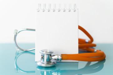 Stethoskop und Notizheft