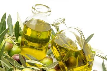 Aceite de oliva virgen rodeado de aceitunas recien cosechadas
