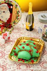 Torta di natale a forma di pino decorata con  pasta di zucchero