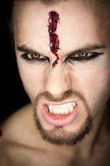 Halloween Mann mit Riss an der Stirn und fletschenden Zähnen