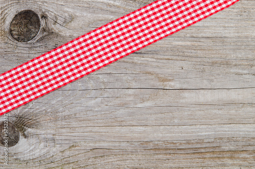 rotes Karoband auf Holz