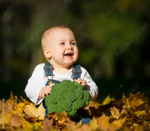 Healthy living - baby with brocoli