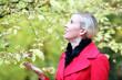 Frau genießt Herbst
