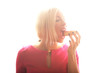 junge Frau isst Donuts
