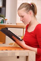 Teenager mit Tablet PC
