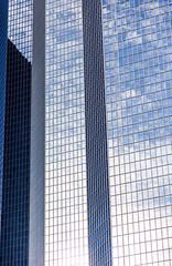façade de building de tours de bureaux et ciel en reflet