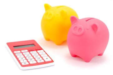 豚の貯金箱と電卓(ピンクとイエロー)
