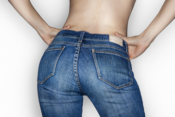 fesses de femme mince en jean mains sur les hanches