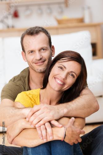 verliebtes paar umarmt sich zu hause