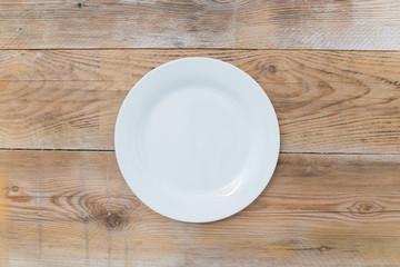 Weisser Teller auf Holz