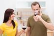 paar genießt ein glas rotwein