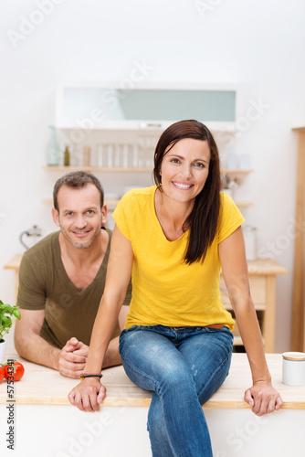 glückliches paar sitzt in der küche