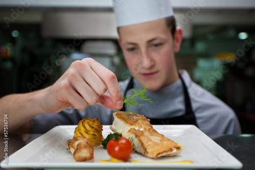Fotobehang Koken Koch garniert ein Gericht