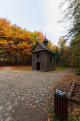 zabytkowe drewniane kapliczki, jesień, Las Łagiewnicki w Łodzi,