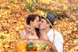 Piękna dziewczyna i chłopak z owocami jesieni w koszyku.