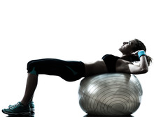 femme exerçant fitness ball d'entraînement
