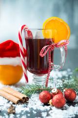 Rotes Heißgetränk mit Orangen
