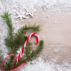 Tannenzweig,Zuckerstange und Schnee