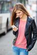 Attraktive junge Frau schaut auf ihr Handy