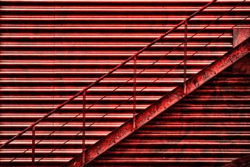 Rote rostige Treppe mit Geländer aus Stahl