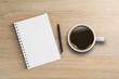 Notizbuch mit Stift und Kaffeetasse