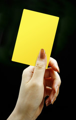 イエローカードと女性の手