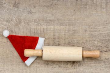 Nudelholz mit Weihnachtsmütze