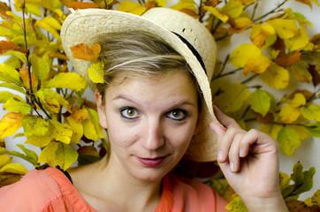 Frau mit Hut im Herbst