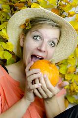 Frau mit Kürbis im Herbst
