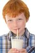 Junge trinkt aus Milchglas