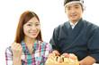 お寿司を食べる女性と寿司職人