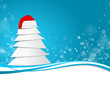 Weihnachtsbaum mit Bommelmütze im Schnee