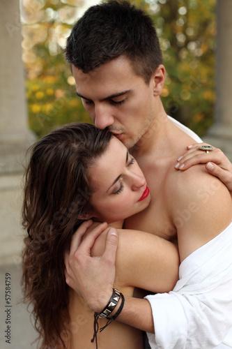 Dziewczyna i chłopak przytuleni do siebie II.
