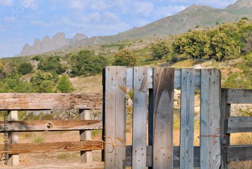 Barrière en bois devant paysage de montagne