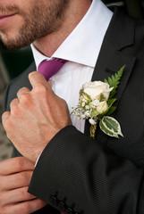 Aggiustarsi la cravatta
