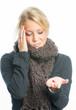Blonde Frau hält Grippekapsel