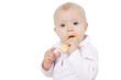 niemowlę jedzące biszkopt na białym tle