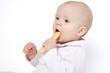 niemowlę jedzące biszkopt