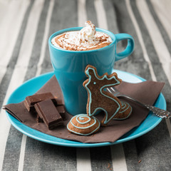 Schokoladiges Heißgetränk mit Sojasahnehaube