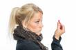 Blonde Frau hält eine Grippekapsel